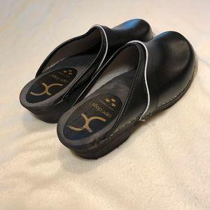 {Cape Clogs} black low heel leather clogs mules